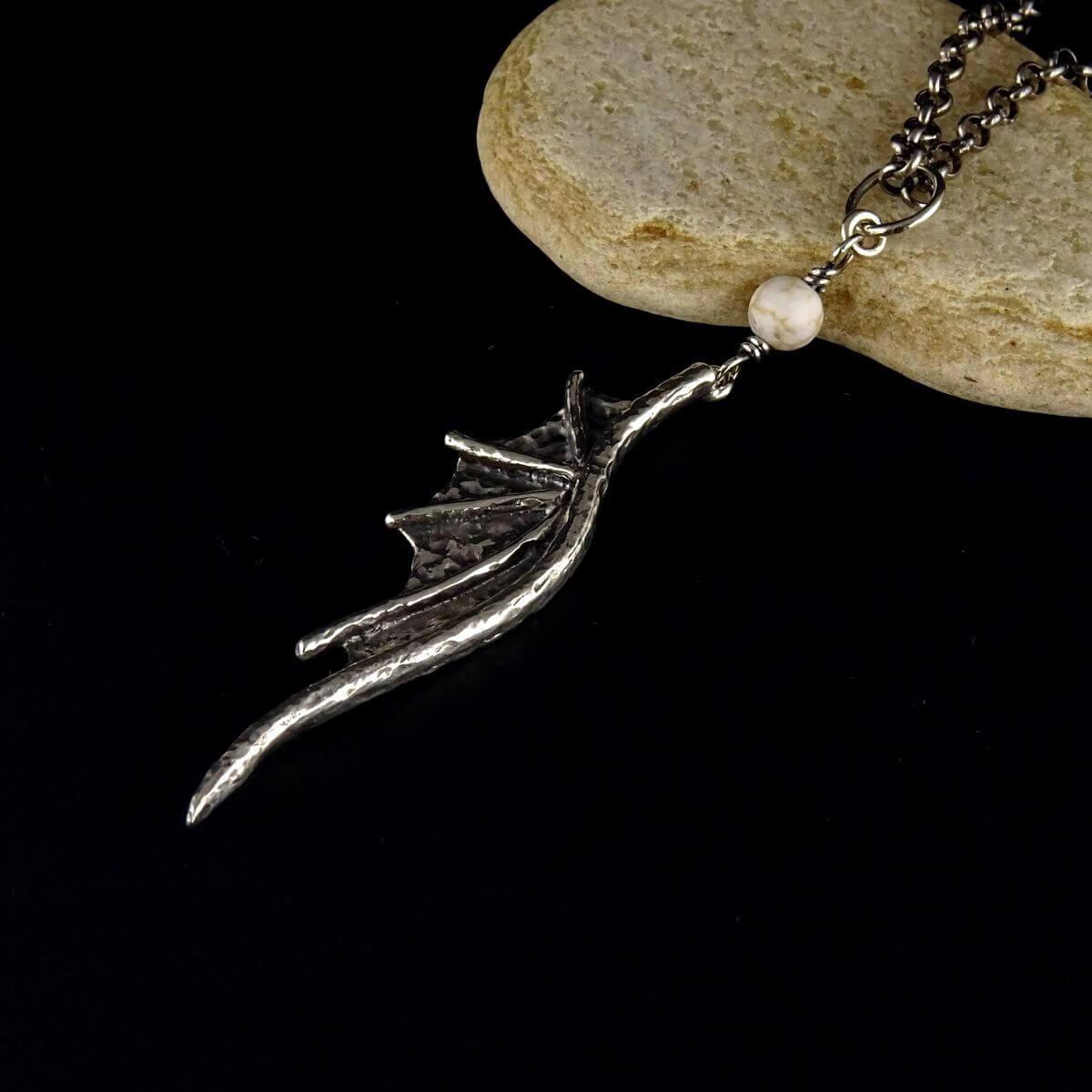 Wisior Dragon Wing z kuleczką howlitu białego