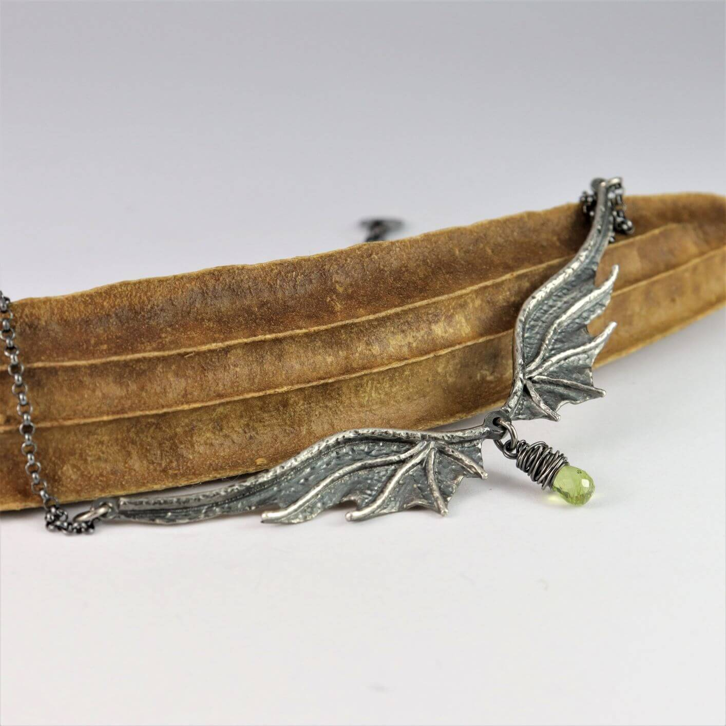 Naszyjnik Long Dragon Wings Premium z peridotem